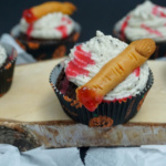 Halloween Schokoladen-Oreo-Cupcakes mit Gruselfingern