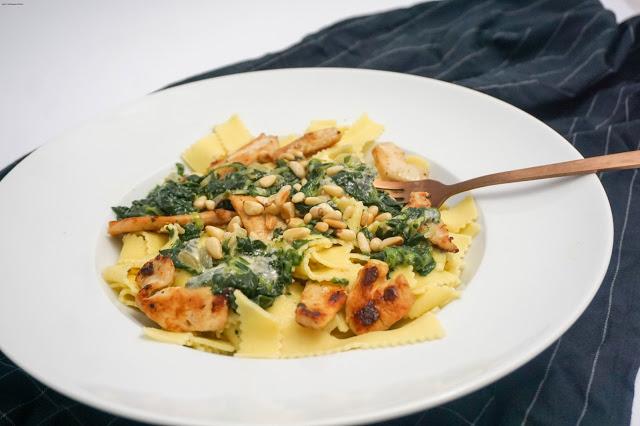 Pasta mit Hühnchen, Gorgonzola und Spinat