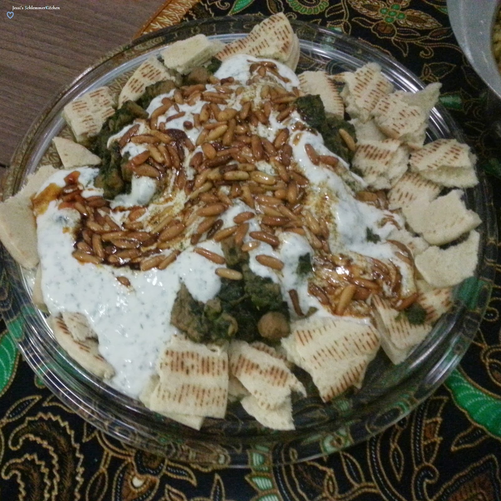 Libanesisches fleisch spinat ragout auf r stbrot mit for Fisch essen aachen
