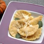 Teigtaschen – Kürbis Ravioli mit Salbei-Butter