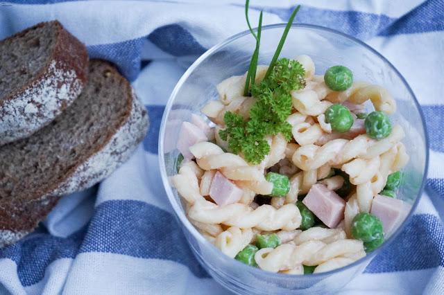 Klassischer Nudelsalat - wie bei Oma - Geflügelwurst - Erbsen
