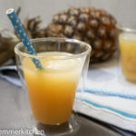 Ananas-Eistee mit Kokos-Eiswüfeln