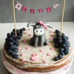 Zitronen Torte mit Heidelbeeren-Füllung und einem kleinen Esel